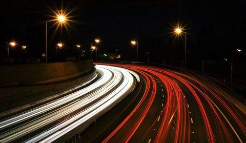 Velocidad de la luz representada por rastros lumínicos en autopista obtenidos con fotografía de exposición prolongada