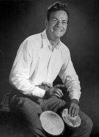 El físico y premio Nobel Richard Feynman tocando el bongó