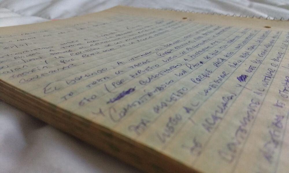 Diario fechado manuscrito en cuaderno universitario anillado